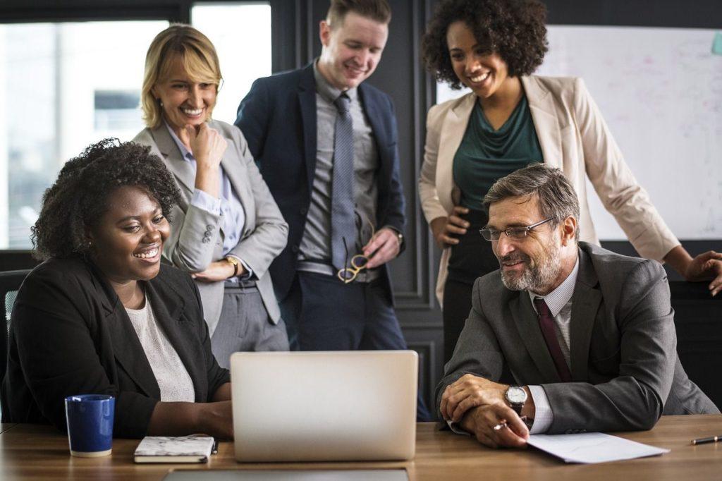 gestão de pessoas - pessoas sorrindo em um escritório